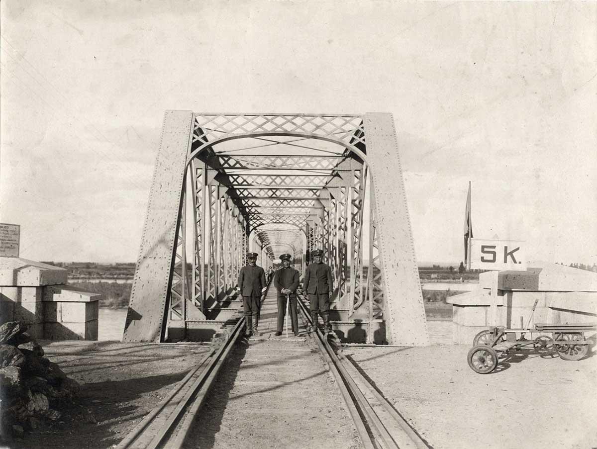 Posando en el puente ferroviario sobre el río Neuquén.