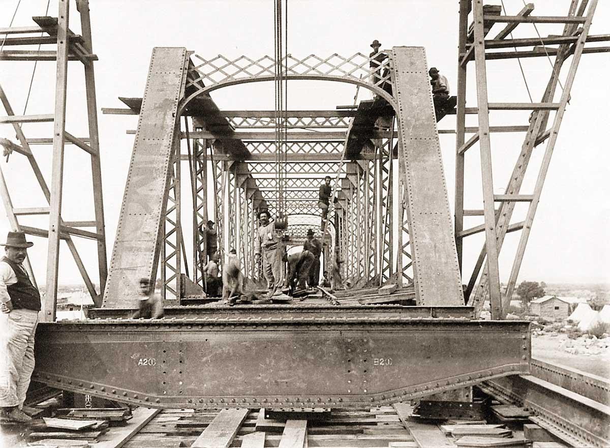 Obreros trabajando en la construcción del puente ferroviario sobre el río Neuquén.