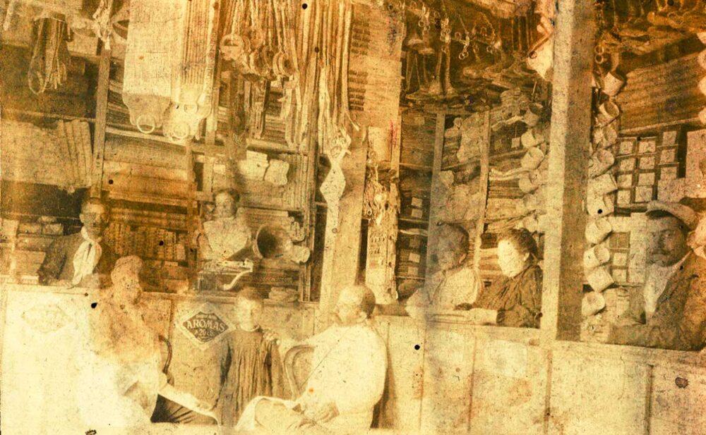 Posiblemente, vista interior del comercio de Linares - Gentileza archivo Historico Municipal de Neuquén