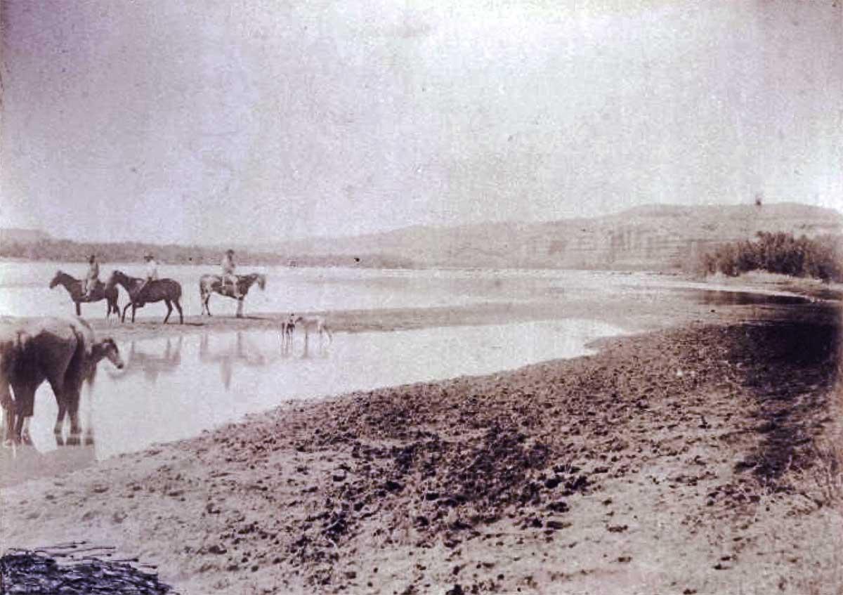 Imagen Ilustrativa. Vado del río Neuquén. Del álbum de Encina y Moreno, en 1883. Tomada en Paso de los Indios, muy cerca de donde transcurre esta historia.