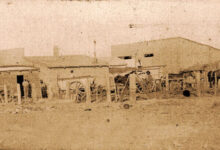Panorámica de ranchos y caballos del pueblo La Confluencia - 1902 - Foto Gentileza Archivo Histórico Municipal de Neuquén.