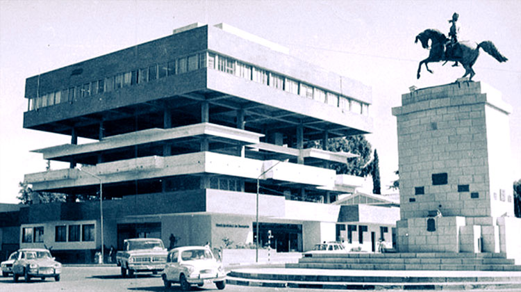 El edificio municipal funcionó durante varios años con dos pisos intermedios sin terminar. Enfrente el monumento a San Martín