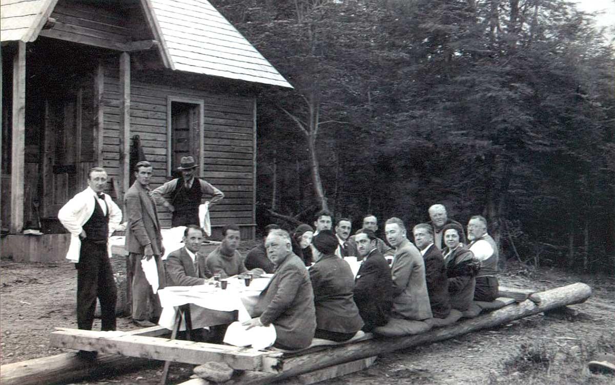 Inauguración de la oficina radiotelegráfica del Correntoso y fundación de Villa La Angostura - 15 de Mayo de 1932 - discurso del Ingeniero Emilio Frey. A su derecha, De Barra y Primo Capraro (parados)